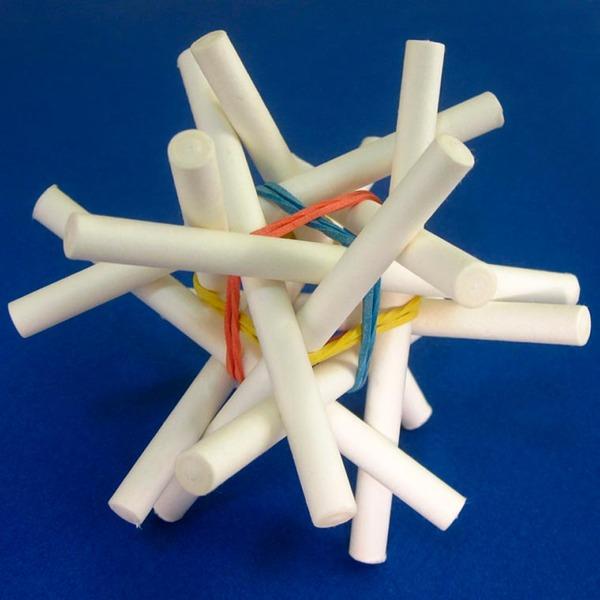 規則的!事務用品などの小物で作られた幾何学的な彫刻 (13)