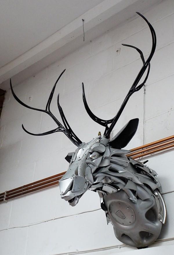 車の金属部品でメタリックな動物彫刻!ホイールキャップ (12)