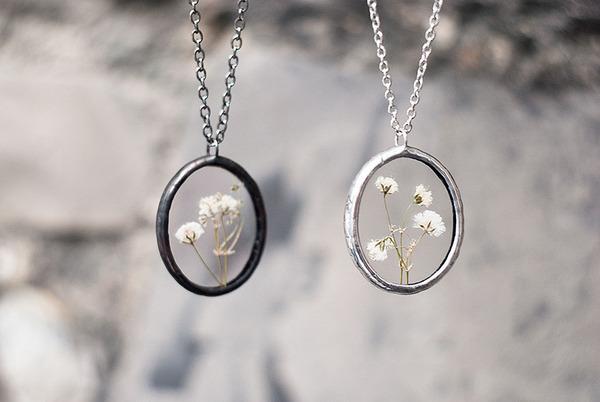 花びらや葉っぱなどの自然が閉じ込められたガラスのネックレス (17)
