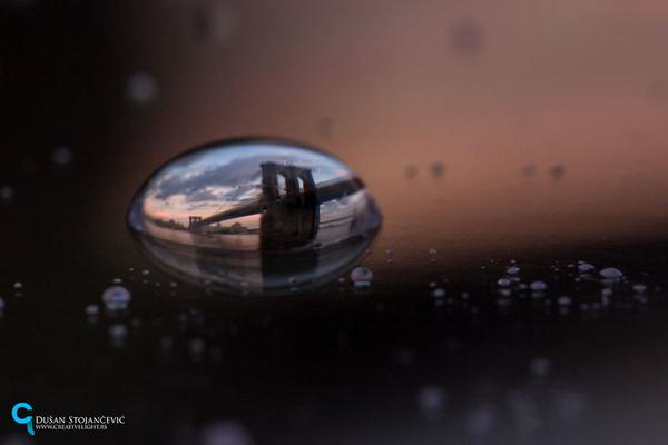 不思議な球体。水滴と水滴の中に映る街の景色 (2)