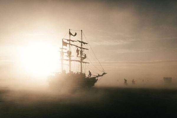 砂と風が吹き荒れる砂漠のお祭り!バーニングマン2015年の画像 (10)