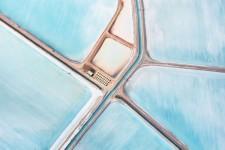 抽象絵画のような青い塩田の美しい風景写真 Blue Fields