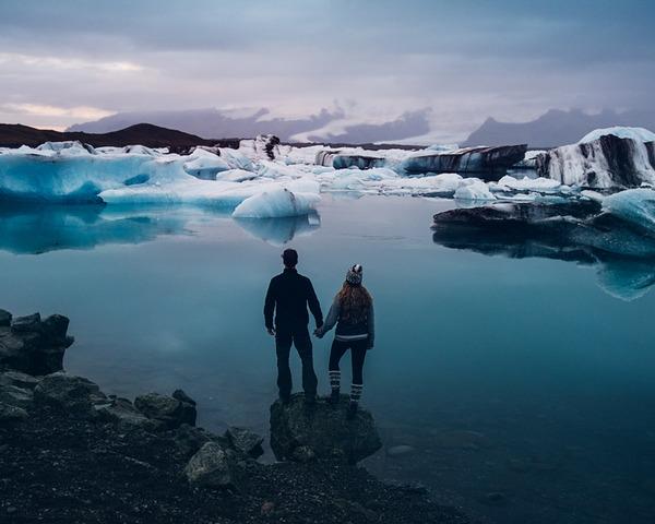 伝統的な結婚式を挙げずにアイスランドを旅したカップル (12)