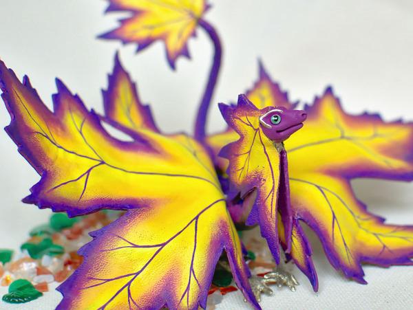 木の葉と一体となった小さなドラゴンの彫刻 2