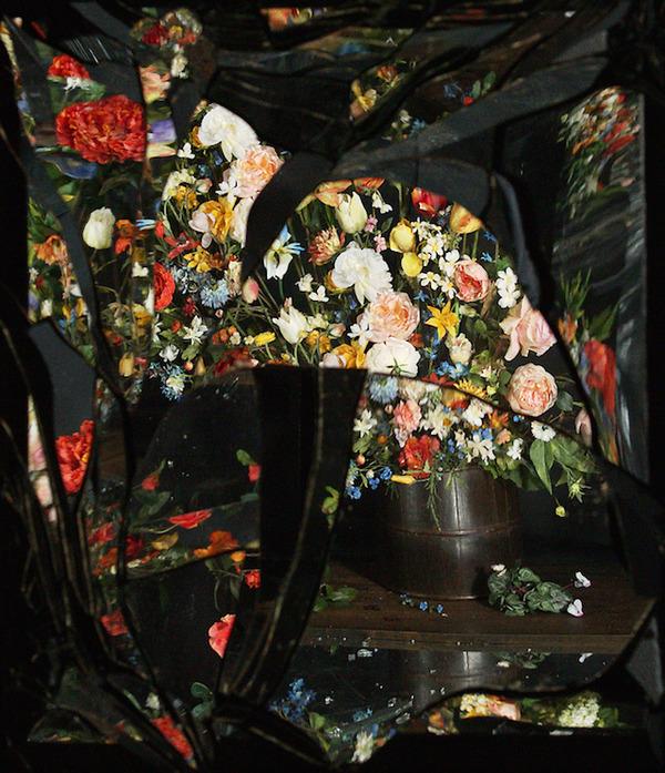 壊れた鏡に反射させた花 11