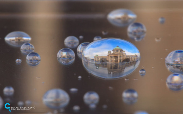 不思議な球体。水滴と水滴の中に映る街の景色 (4)