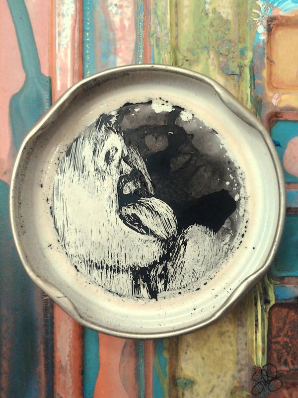 蓋の裏にインクを使って描くモノクロ絵画 (3)