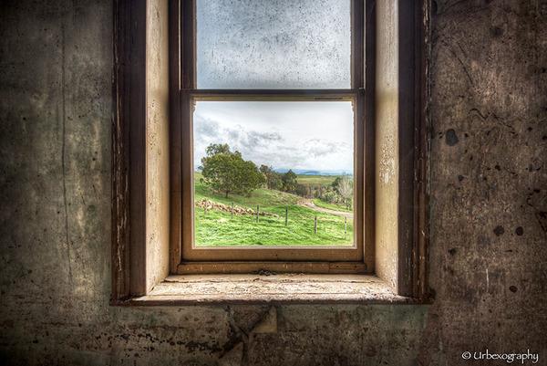 廃墟の部屋の窓から覗く風景 2