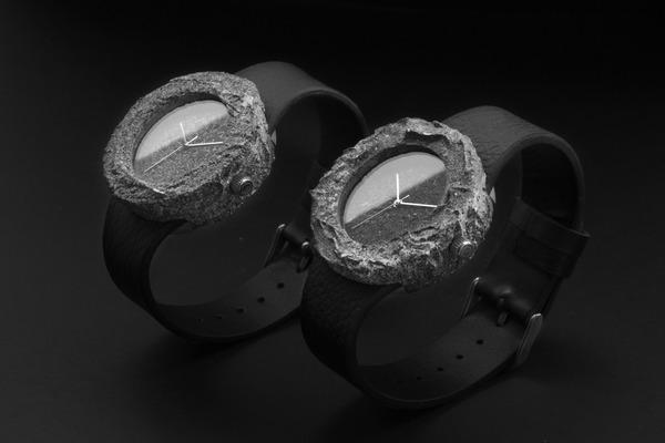 遥か遠く月の石から作られた貴重な時計『Lunar Watch』 (1)