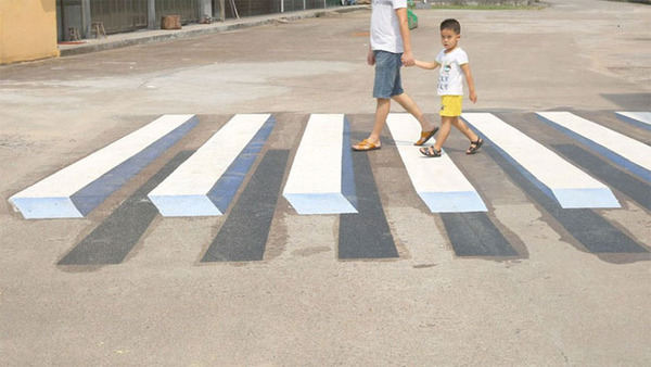 3Dペイントが施されたインドの横断歩道 (1)