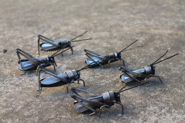 スクラップ金属から作られた鳥や蝶などの金属彫刻 (7)