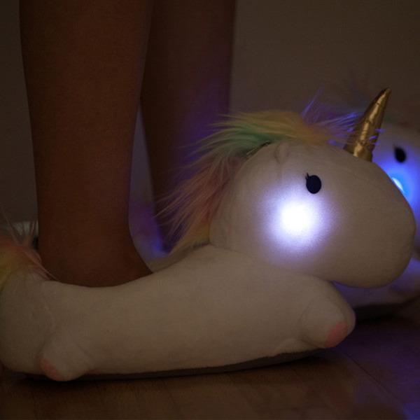 歩く時に『ほっぺた』が点灯するユニコーンのスリッパがかわいい (3)