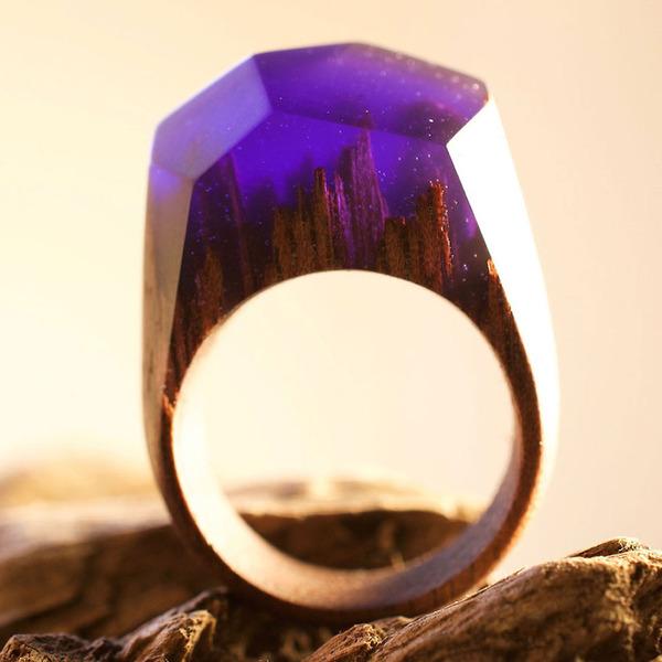 小さな世界が隠されている木と樹脂の指輪 (11)