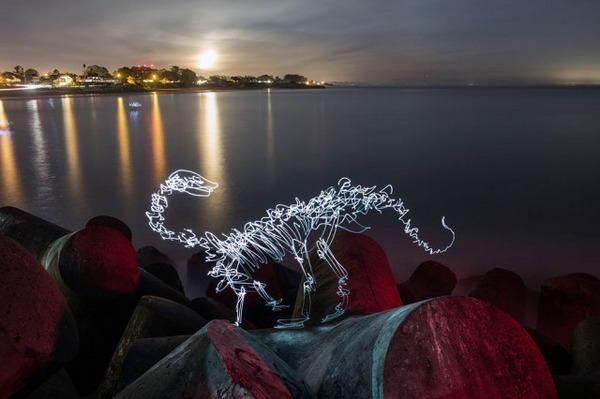 海沿いの光る恐竜