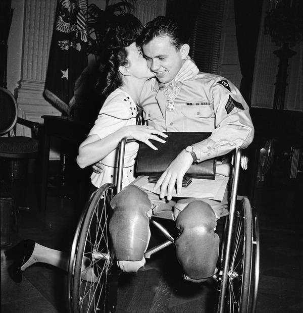 戦時中のラブストーリー。別れを惜しむ恋人たちのキス画像など (14)