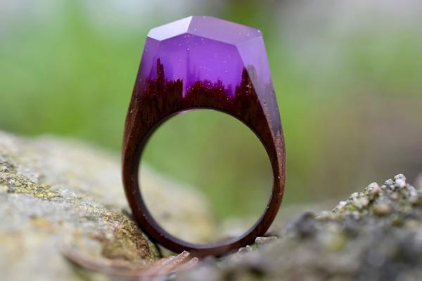 小さな世界が隠されている木と樹脂の指輪 (3)