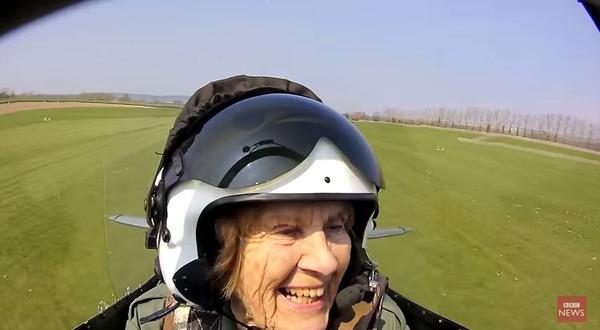 着陸、笑顔を見せるジョイ