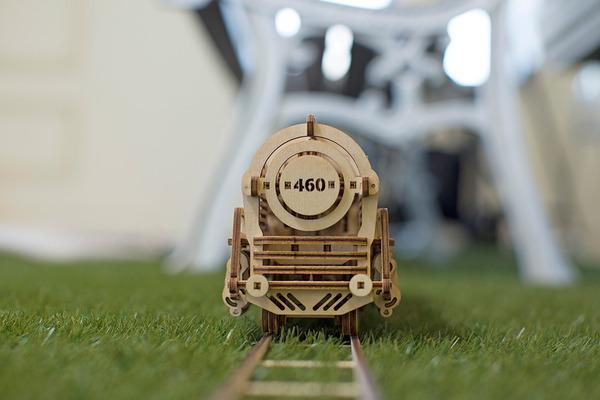 天然木材で接着剤なしで動く機関車模型 (4)