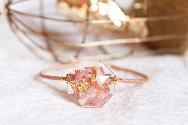 透明な樹脂の中に花や金箔を散りばめたレジンアクセサリー (2)