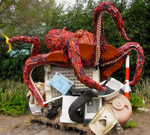 海岸で拾ったゴミで作られた海洋生物の巨大な彫刻 (2)