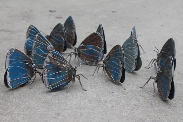 スクラップ金属から作られた鳥や蝶などの金属彫刻 (5)