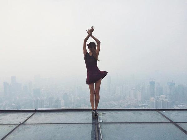 高い所怖い!ロシア女性が超高いビルなどで自撮り画像 (12)