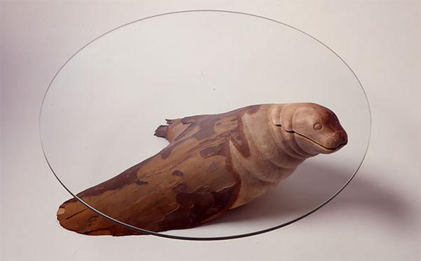 動物が水面にプカッと浮いてくるようなガラス製テーブル (2)