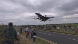 【ヒヤヒヤ】トルコ空軍F16戦闘機が観客の頭上スレスレを飛行!