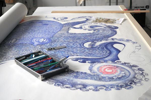 廃棄されたボールペンで1年かけて描かれた巨大なタコの絵 (2)