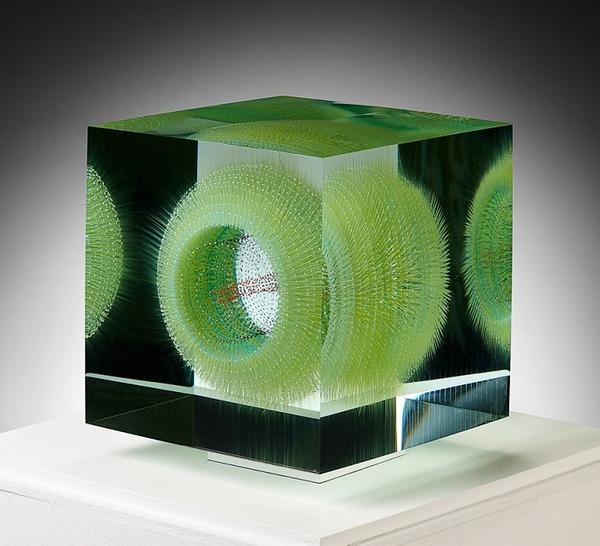 ガラスの中に絵を描く!層状に重ねられたガラス細工 (1)