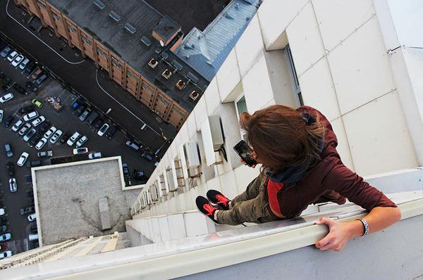 高い所怖い!ロシア女性が超高いビルなどで自撮り画像 (5)