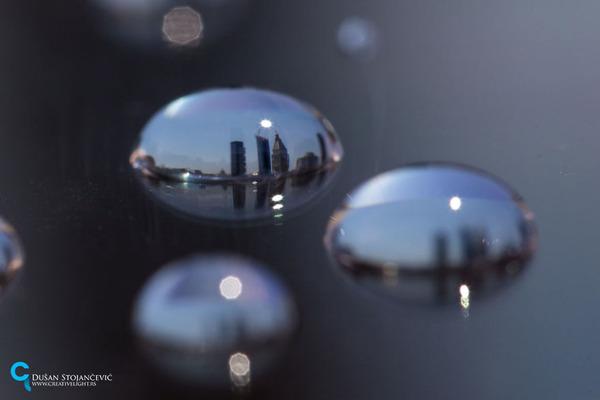 不思議な球体。水滴と水滴の中に映る街の景色 (20)