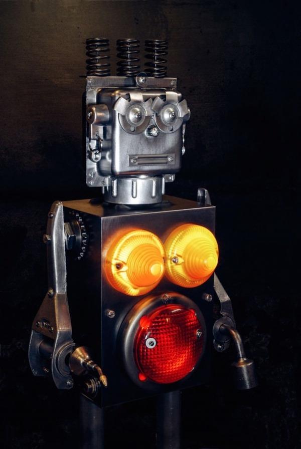 イルミネーションが光るレトロなロボット彫刻 3