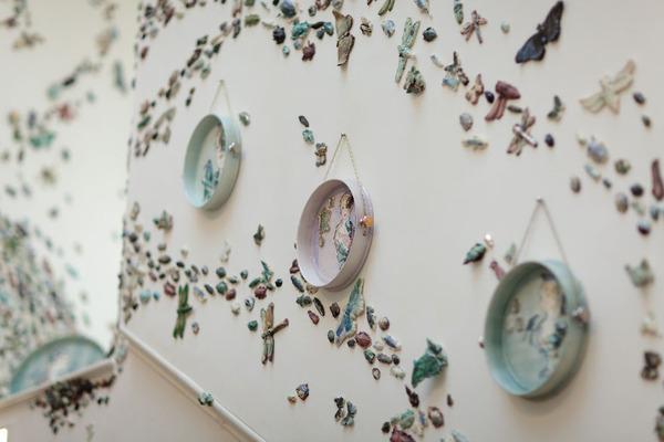 一万のカブトムシや昆虫の群れがノッティンガム城の壁を這う! (9)