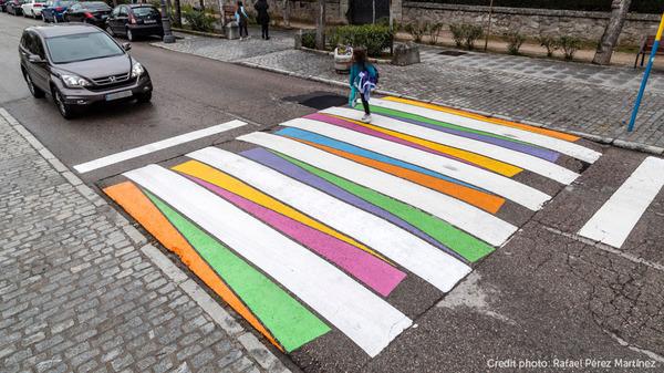 横断歩道がカラフルにペイントされたスペインの首都マドリード (1)