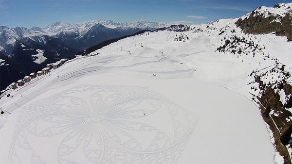 巨大な幾何学模様!真っ白な雪原に壮大な地上絵を描く (8)