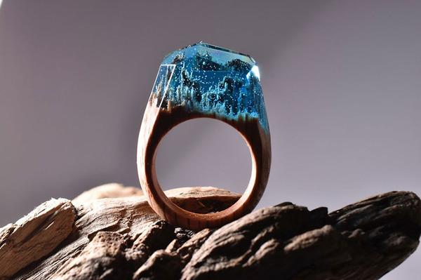 小さな世界が隠されている木と樹脂の指輪 (12)