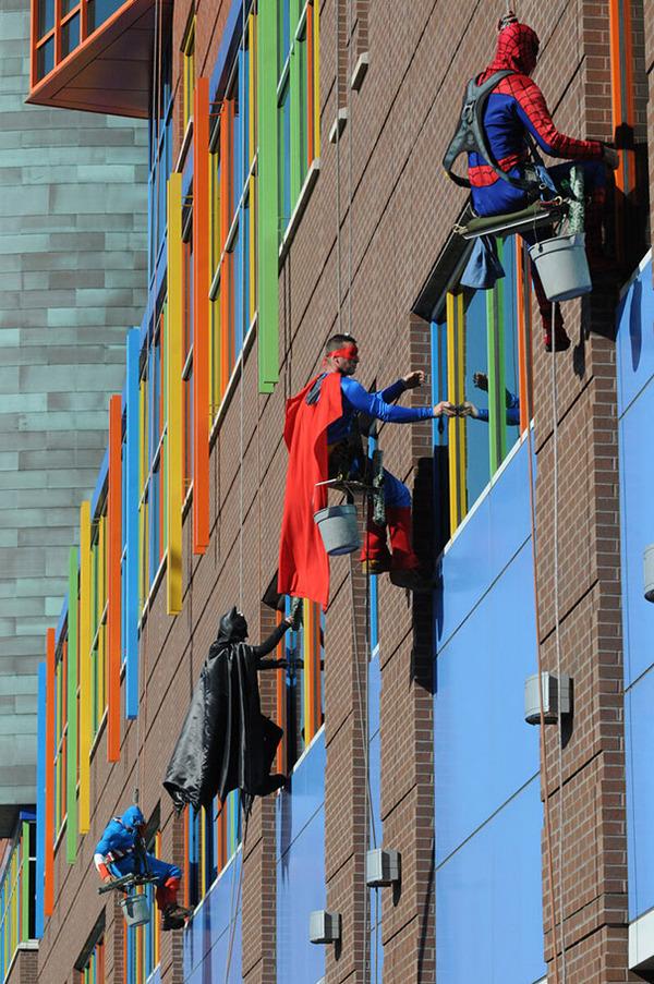 #4 子供の病気を応援するために、スーパーヒーローの格好で清掃する