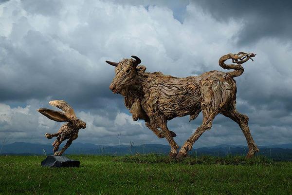 流木で作られた雄牛とウサギの彫像,彫刻
