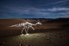 ライトペインティングによって描かれた恐竜の屍が大地を徘徊する!