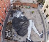 超巨大!地上に描く眠る人間の絵。水平のストリートアート