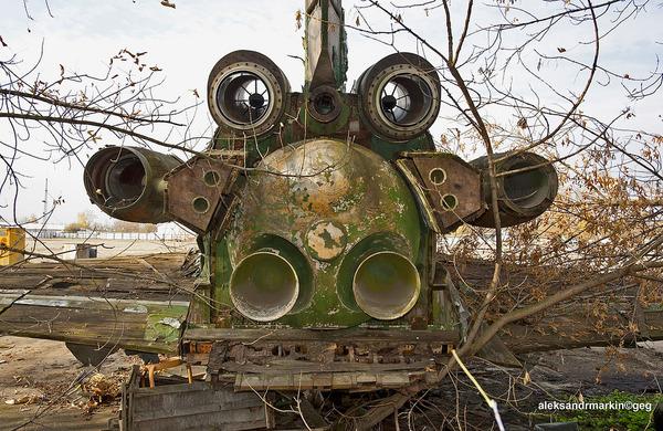 ロシアの飛行場に放棄された木で作られた宇宙船! (3)