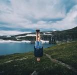 世界の美しい景色をバックに頭立ち!とてもシュールな風景写真家