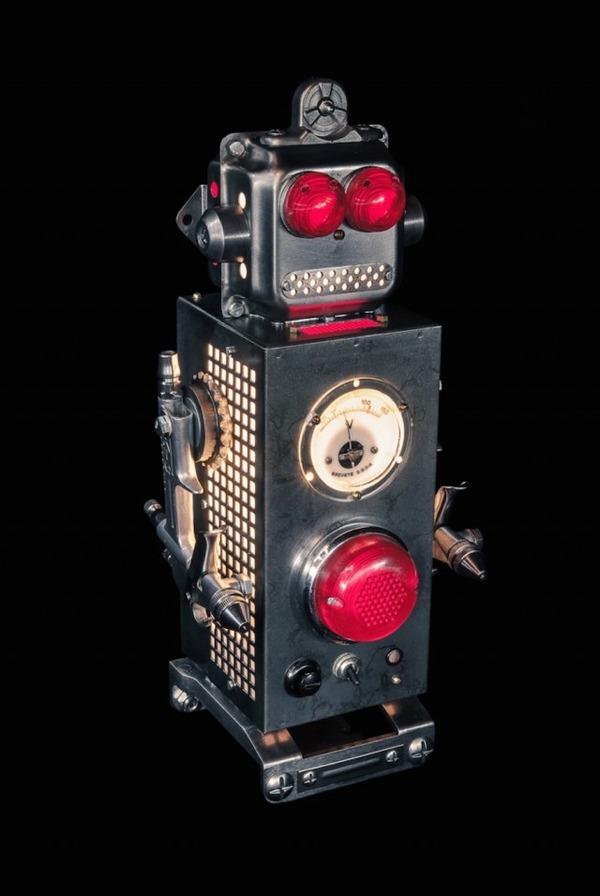 イルミネーションが光るレトロなロボット彫刻 8