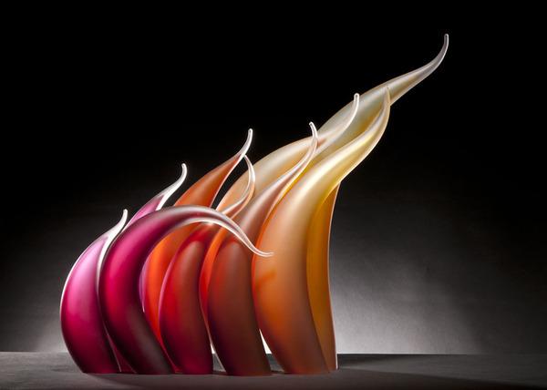 ニュルもしくはニョロっとした波打つ半透明性のガラス彫刻 (4)