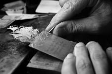 Silver Leaf 。銀に彫刻が彫られたハンドメイドの栞(しおり)