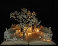 見開いた小説の本のページの上の世界『ブックスカルプチャー』