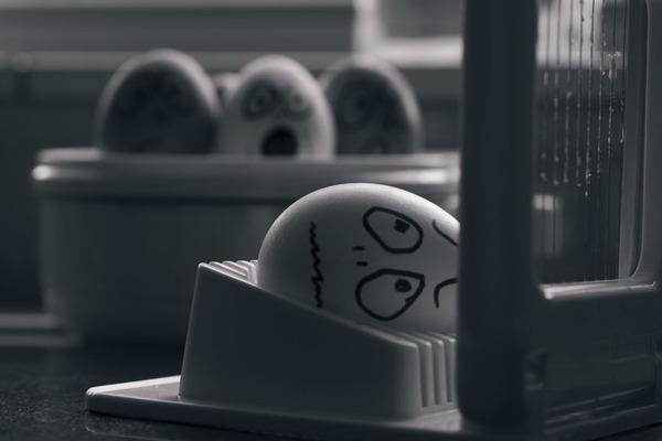 タマゴの気持ち?卵の殻に人間みたいな顔の表情を描いた写真 (9)