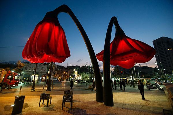 街頭に巨大な花型ランプ!人を感知して花びらが大きく開く (7)