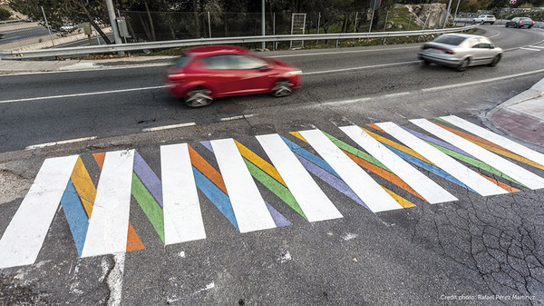 横断歩道がカラフルにペイントされたスペインの首都マドリード (4)